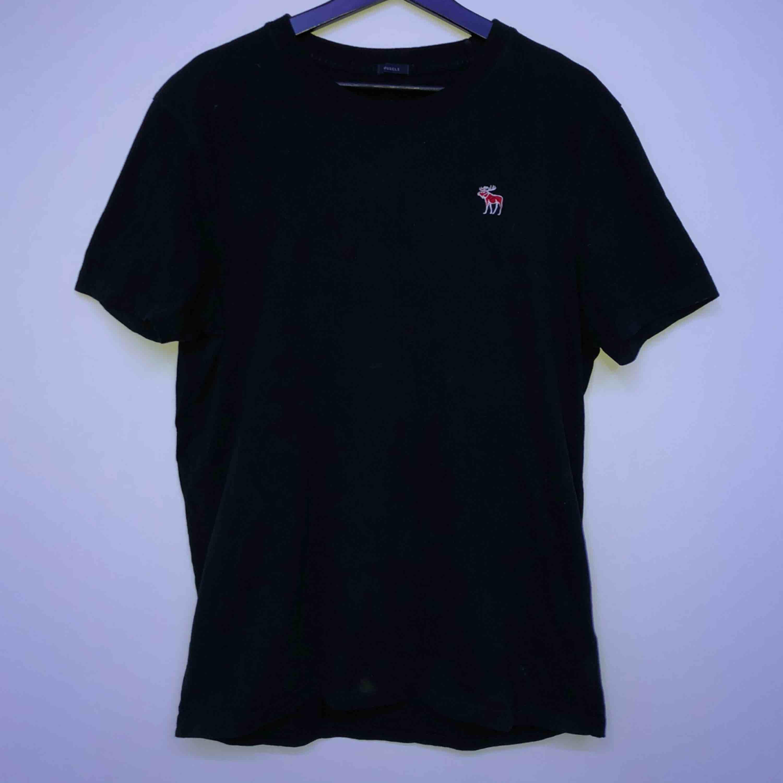 En Abercrombie & Fitch t-shirt i storlek XL men sitter ganska tajt. Använd ett antal gånger. Möts i Sthlm annars står köparen för frakten :). T-shirts.