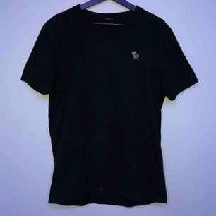 En Abercrombie & Fitch t-shirt i storlek XL men sitter ganska tajt. Använd ett antal gånger. Möts i Sthlm annars står köparen för frakten :)