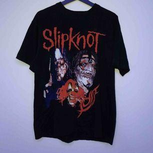 En slipknot t-shirt men tryck både fram och bak, använd ca 2 gånger. Storlek L men sitter som en M. Möts i sthlm annars står köparen för frakten :)