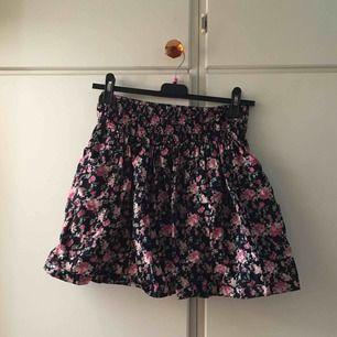 """Superfin kjol i väldigt bra skick. Storleken är S men den kan även passa på den som har M då det är """"gummiband"""" i midjan!"""