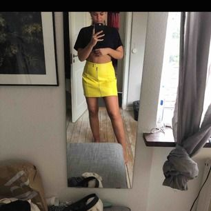 Tuff gul kjol från Zara! Köpt här på plick men liiite för stor för mig som vanligtvis har XS(bilderna är från första ägaren). Helt i nyskick och ser otroligt cool ut:) Köparen står för frakt, annars möts jag upp i Stockholm<3