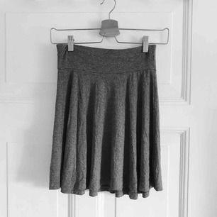 Söt kjol, som är sparsamt använd och passar alla årstider. Säljer kjolen för att den inte längre passar mig.  Frakt ingår i priset💚🍀🍃