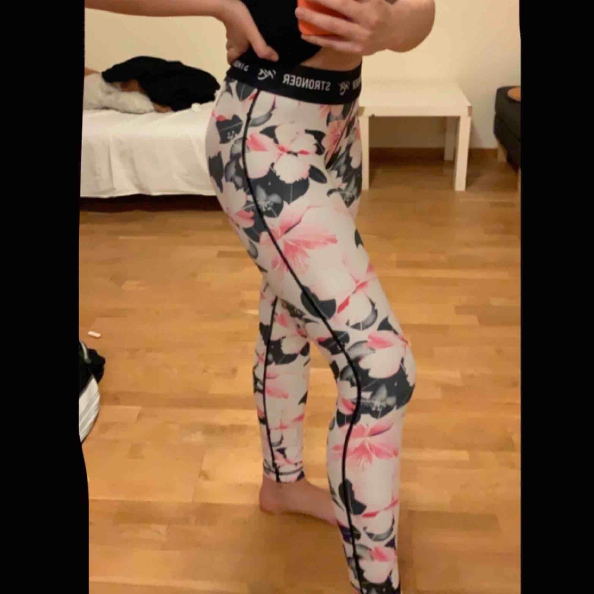 Oanvända, äkta stronger tights. Super fina med blommönster, säljes pågrund av för liten storlek. . Jeans & Byxor.