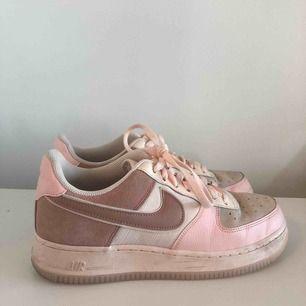 Säljer dessa snygga Nike Air Force 1. Använda cirka 2 ggr och säljer pga att jag ej använder de. Storlek 40 men passar även en 39, frakt tillkommer om du ej kan mötas upp i centrala Stockholm. Pris kan diskuteras:)