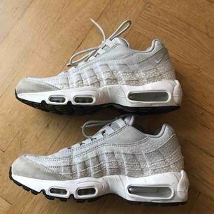Nike air max 95, safari pale grey. Strl 40, US 8.5. Nypris 1799:- Skorna är inte använda extremt mycket, men sulan är missfärgad, och ett litet märke i lädret (bild 3). Smal modell.  Möts upp i sthlm, annars tillkommer frakt på 95:-