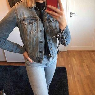 Säjer denna jeans jacka med snygga snörningar på armarna från forever 21. Knappt använd och är i fint skick, frakt tillkommer om du ej kan mötas upp i centrala Stockholm.