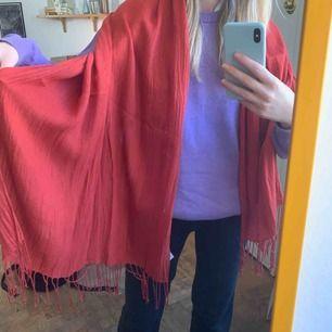 Mysig sjal från HM som vill ha nytt hem, frakt på 42kr är inräknat i priset, sjal kostar 30kr.