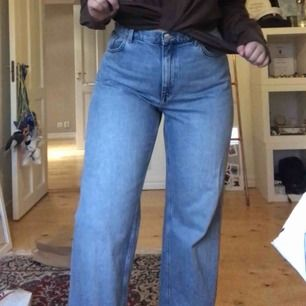 As trendiga raka jeans från monki! Går ned till skorna på mig som är 172 cm. Obs! Insydda vid svanken själv (se bild 2) Har exakt samma fast i svart också!