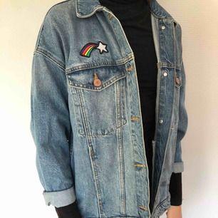 Cool jeansjacka med patches från Monki. Passar även som S bara att den är lite kortare i armarna. Köpare står för frakt!💓