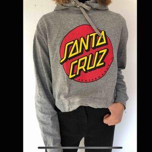 Cool och mycket bekväm Santa Cruz hoodie!! Köpt för 600kr. Köparen står för frakten💞