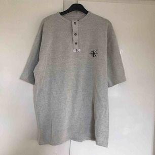 Bekväm grå/beige tröja.  Lite tjockare tyg än vanliga t-shirts.  Fraktar inte, möts upp i Stockholm!
