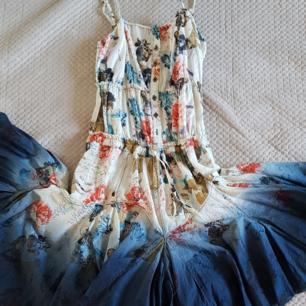 Fin klänning från desigual med stor djupt blå kjol. Jag har normalt M så är alldeles för liten för mig  Köpt för 1050 kr