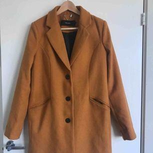 Säljer min Gul/orangea kappa som passar fint till både höst och vår. Kappan är så gott som ny då den är använd Max 3 gånger. Kappan är i Storlek M men kan användas för storlek S.