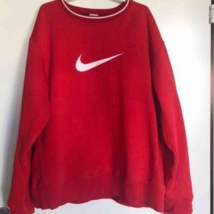 Röd Nike sweater i Storlek XL men kan användas av vem som helst pga hur man vill att den ska sitta. Tröjan är så gott som ny då den aldrig är använd.
