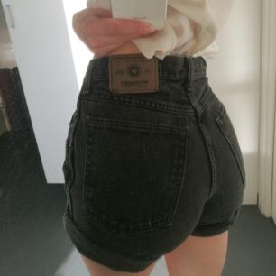 Avklippta vintage Wrangler shorts med hög midja. Köpta på Beyond Retro och sparsamt använda. 🐺 Jag har runt w26 i midjemått och passar mig bra men är markerade som w28. Frakt tillkommer.