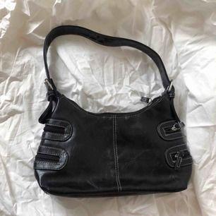 Liten svart väska ☀️ Följ secondvintagesweden @ instagram för fri frakt  3 för 2 på allt  Jag postar varje fredag, lördag och söndag