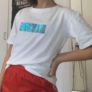 SKIT COOL t-shirt från yesstyle, jätte cool och går ej att hitta längre. Gör ett par vanliga jeans till en cool outfit Om man ej tycker om de som står på baksidan så är de snyggt att ha en jacka över Pris kan diskuteras
