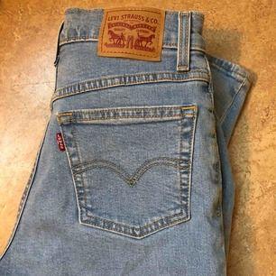 Levis Mom Jeans, i princip oanvända. Ljusblåa, pris inklusive frakt.