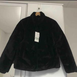 Jätte fin Zara jacka med fusk päls i storlek xs. Helt oanvänd, säljer på grund av att den var för liten. Nytt pris 700 och säljer för 600.