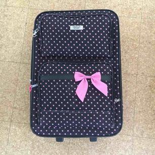 Är 2år gammal har två hål vid ute fickorna men går att stänga är köpt i New york ( är handbagage )