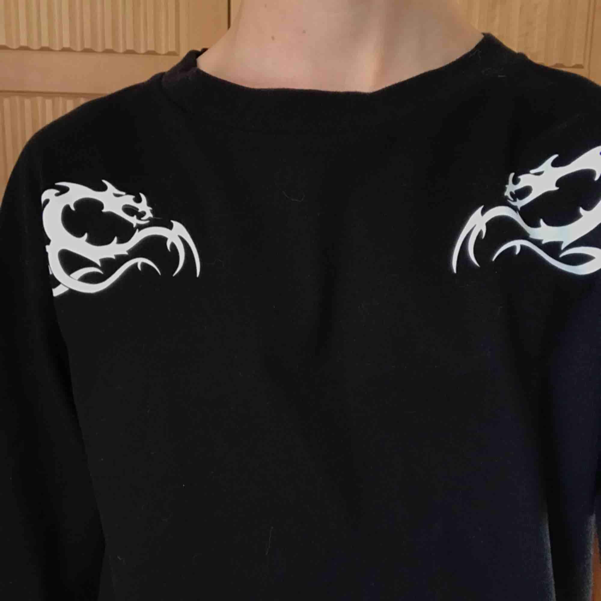 Tröja från Weekday i XS Knappt använd. T-shirts.