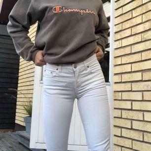 Ett par helt nya oanvända straight leg vita jeans från Filippa K, säljer då de tyvärr är lite för små för mig. Storlek 25 i midjan vilket motsvarar xs!