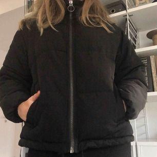 Svart puffjacka från ASOS 🖤 Den är i petite modell så passar er som också är lite kortare! Varm och skön, perfekt nu för vintern ❄️