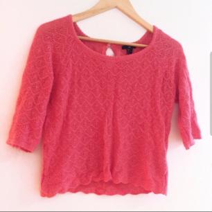 Färg: korall (orange/rosa) Strl: S  Stickad fin tröja från H&M. Fina detaljer. Tre-kvarts ärm. Använd vid 3 tillfällen, dvs gott skick.  Kommer ej till användning och stor garderobsrensning pågår! 130 kr inkl frakt.