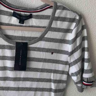Helt nya Tommy Hilfiger tröja köpt från macys i USA under sommaren men gömdes i garderoben, ordinariepris: 420kr   Kan fraktas (36kr) eller mötas i Malmö