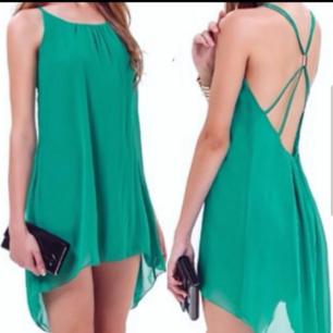 Färg: grön Strl: S  Fin klänning, fladdrig och skön. Reglerbara band och snygga detaljer. Aldrig använd, dvs fint skick!  Kommer ej till användning och stor garderobsrensning pågår! 90 kr inkl frakt.