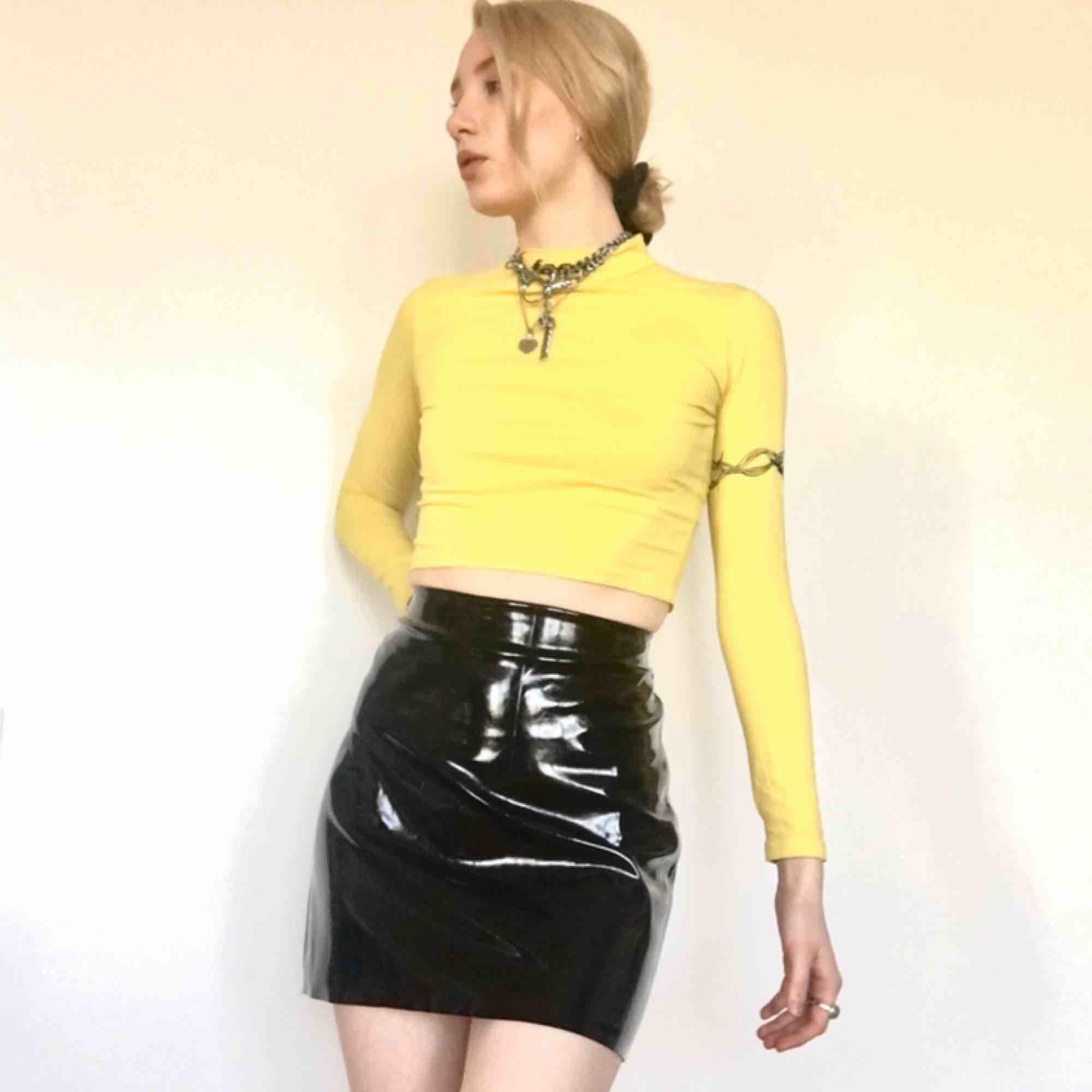 🍒LACK🍒 Sjuktfin lackkjol som varit med på galej som söker nytt hem. Strl:36 i fint skick. Kjolen är från H&M. Fin att styla till varma tröjor. Frakt tillkommer. Puss o k🍒. Kjolar.