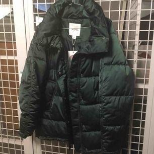 Mörkgrön vinterjacka från Monki, aldrig använd med prislapp kvar (ord 700kr)💚 storlek small men rymlig! Lite längre modell, inte kort! Porto tillkommer