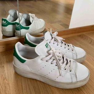 OBS sänkt pris!(Frakt tillkommer) Adidas Stan Smith platform sneaker. Klassisk sko med en platåsula. Sparsamt använda men med någon fläck (som antagligen går att tvätta bort) därav det låga priset. Jag har 39/40 i skor o dessa passar mig. Nypris 999kr.