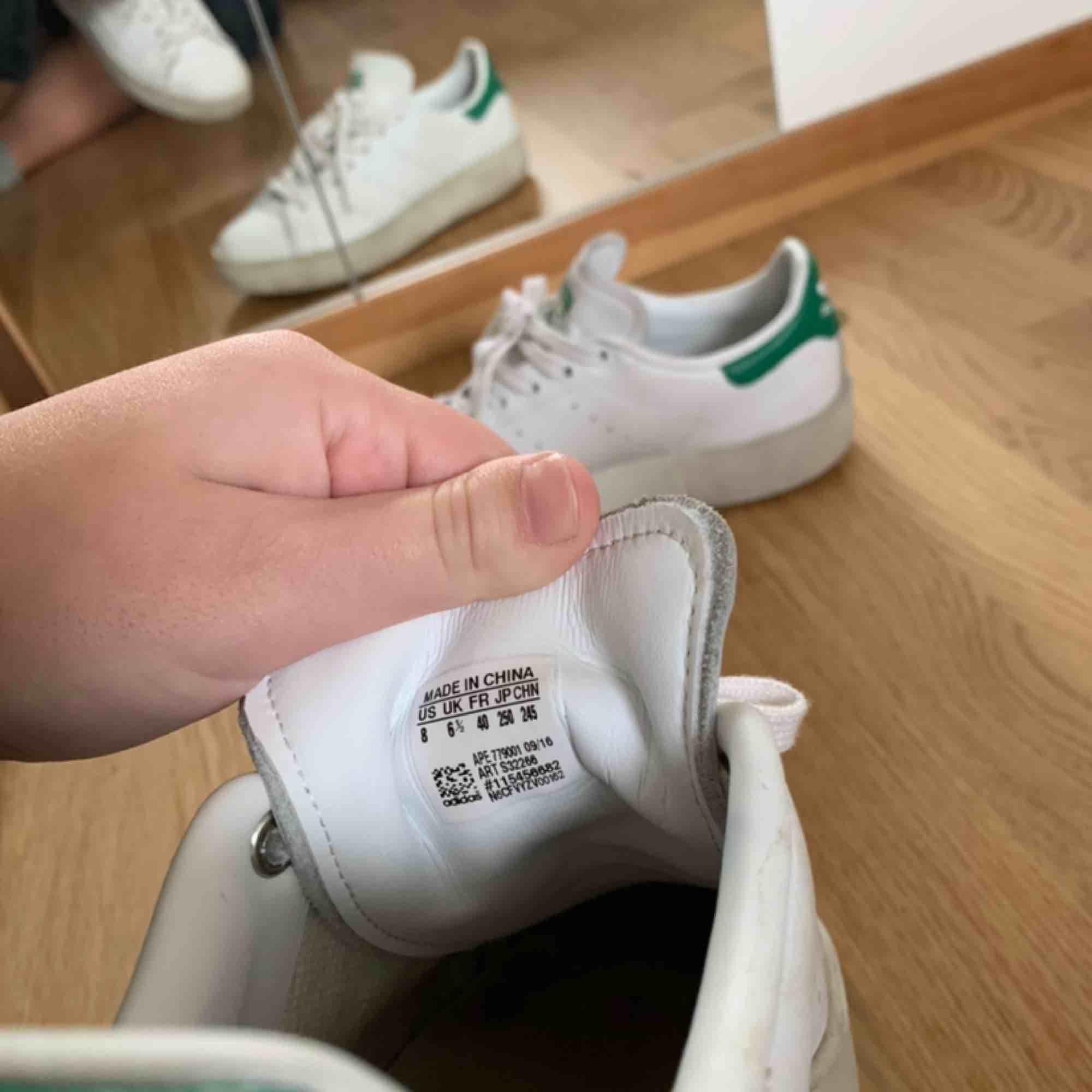 OBS sänkt pris!(Frakt tillkommer) Adidas Stan Smith platform sneaker. Klassisk sko med en platåsula. Sparsamt använda men med någon fläck (som antagligen går att tvätta bort) därav det låga priset. Jag har 39/40 i skor o dessa passar mig. Nypris 999kr.  . Skor.