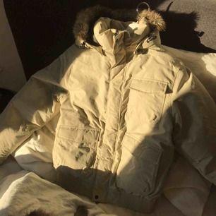 Superfin Everest jacka! Passar perfekt till vintern och skidåkning❄️ Fint skick! Passar stl XS-M, jag är XS på bilderna så då ser ni hur den sitter på mig🥰 köpt för över 1000 lappen säljer för 200kr