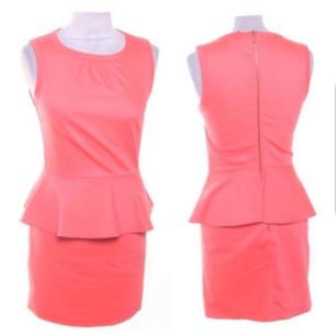 """Färg: orange-rosa / """"peach"""" Strl: 34  Snygg klänning från H&M. Tight, knälång, gulddragkedja bak i ryggen. Volang kant runt om vid midjan. Använd vid ett tillfälle, dvs fint skick!!  Kommer ej till användning och stor garderobsrensning pågår! 150 kr inkl frakt."""