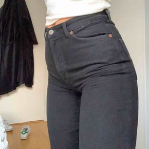 Svarta jeans från Monki i modellen Yoko. Rak passform på benet. Väldigt snygga och användbara. Säljer pga för små för mig. Frakt tillkommer!
