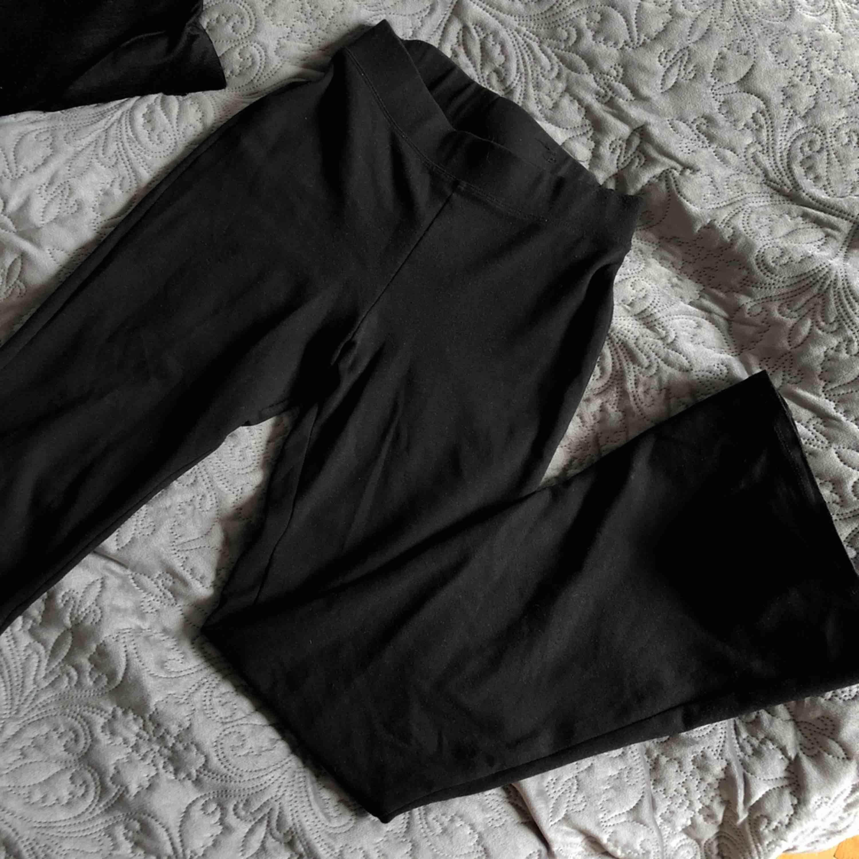 Skit sexiga tajts/bootcuts från ginatricot, köpte två och säljer den här nu så passa på!💫. Jeans & Byxor.