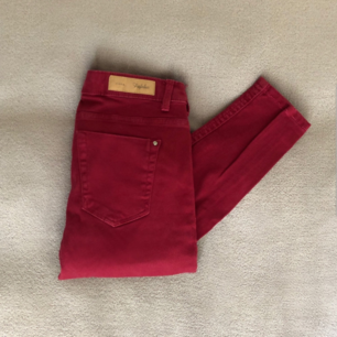 Färg: vinröda Strl: 34  Snygga jeans från Zara. Tight modell och stretch. Fyra fickor, två fram & två bak. Sluts igen framtill med dragkedja & knapp. Använda vid 3-4 tillfällen, dvs gott skick!  Kommer ej till användning och stor garderobsrensning pågår! 159 kr inkl frakt.