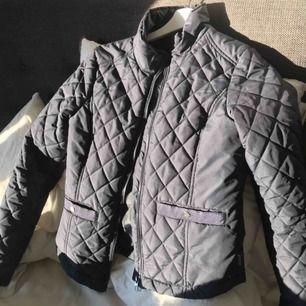 Perfekta höst/vår jackan! Superfin och quiltad, ser dyr ut!! Stl xs säljes för 150kr
