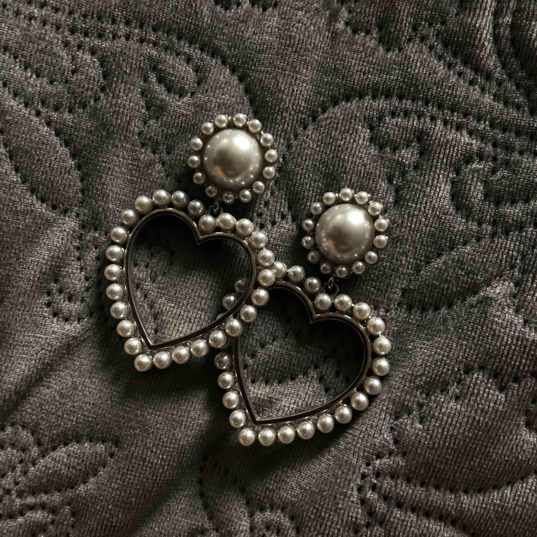 Snygga pärla örhängen som är hjärtformade💖 I stort sätt nyskick!  Priset på alla örhängen kan diskuteras;). Accessoarer.
