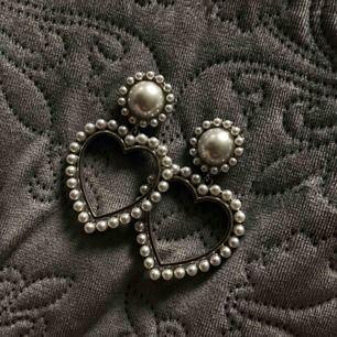 Snygga pärla örhängen som är hjärtformade💖 I stort sätt nyskick!  Priset på alla örhängen kan diskuteras;)