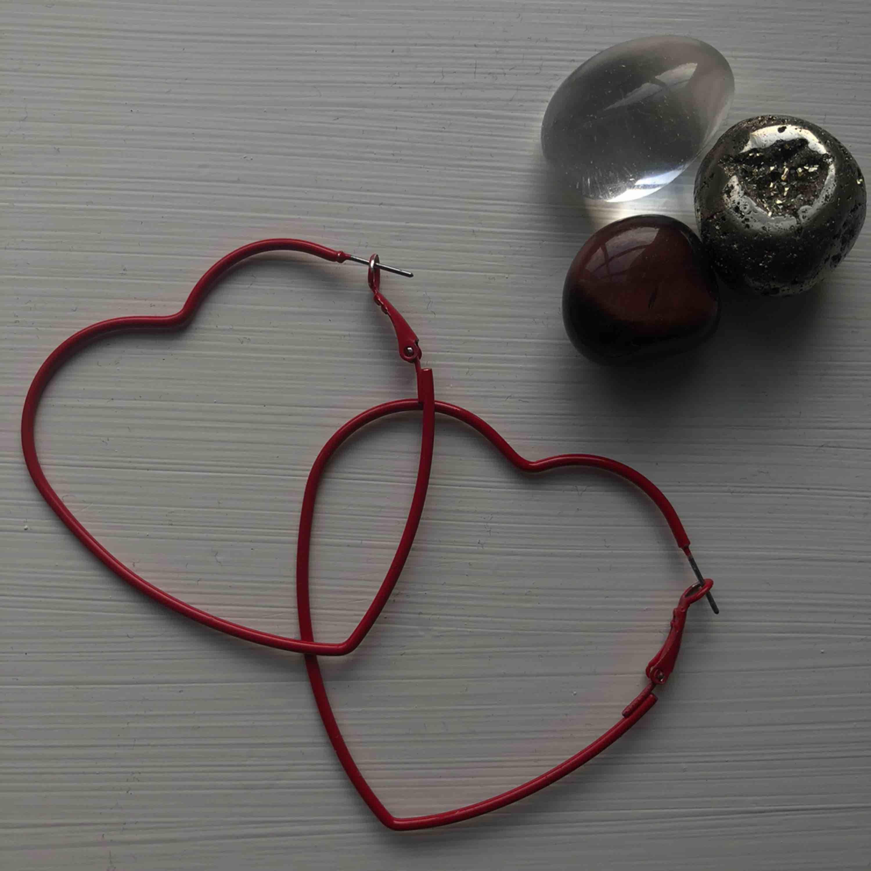 Wavavooon! Hjärtformade örhängen från monki eller weekday (tror nån av dem..)  Lite oformade men annars är den i stortsätt nyskick, färgen är kvar o allt!🤩. Accessoarer.
