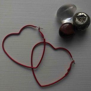 Wavavooon! Hjärtformade örhängen från monki eller weekday (tror nån av dem..)  Lite oformade men annars är den i stortsätt nyskick, färgen är kvar o allt!🤩
