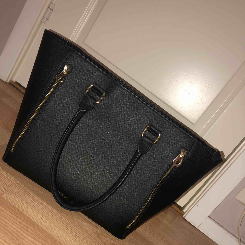 Fin handväska i fint skick.. använd fåtal gånger Orginalpriset är ca 500/600kr  Priset kan diskuteras. Väskor.