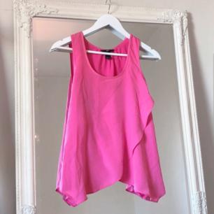 Färg: Cerise/rosa.  Strl: 34.   Fint linne från H&M. Omlott framtill, fin detalj och fint fall på linnet. Använd vid 3 tillfällen, dvs bra skick.  Kommer ej till användning och stor garderobsrensning pågår! Pris: 100 inkl frakt.