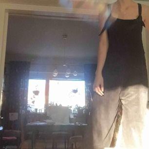 manchester-hängselbyxor från pull&bear ! helt oanvända och med lappar kvar:~) har två stora fickor. passar xs-m eftersom de inte är tighta. supermjukt material och jättebekväma! kan skicka fler bilder om det behövs. frakt tillkommer🥰