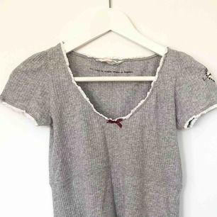 Ljusgrå Odd Molly t-shirt, storleken är 0 vilket motsvarar XS, men passar även S. Tröjan är fint skick och använd ett fåtal gånger