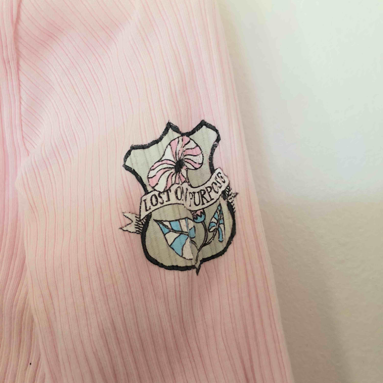 Långärmad tröja med knappar från Odd Molly. Tröjan är ljusrosa och har fina detaljer. Storlek är 0 vilket motsvarar XS-S. Mycket fint skick! . Toppar.