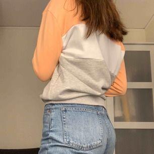 Hej!  Säljer den här fina fila tröjan! Den har bara används ca. 5-6 gånger och den är i nyskick🥰 Inköpspris är 700kr, men är inte säker på att den fortfarande säljs! Kunden betalar frakten:) Betalning sker via swish, skriv till mig för intresse💗
